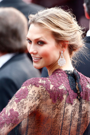 Karlie Kloss finished off her look in ultra-glam style with a pair of diamond chandelier earrings from the Chopard Green Carpet Collection.