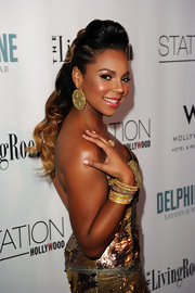 Ashanti went for an all over gold metallic look, and her round gold earrings were the final touch. Not sure all that gold was the best choice for the R&B crooner.