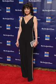 Carla Gugino complemented her outfit with a metallic silver clutch.