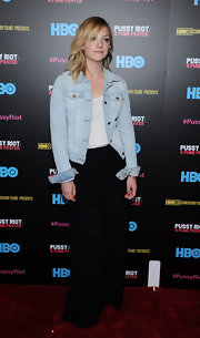 Abby Elliott opted for a light-wash denim jacket for her red carpet look.