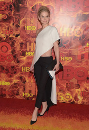 Jennifer Morrison completed her head-turning look with a pair of black capri pants.