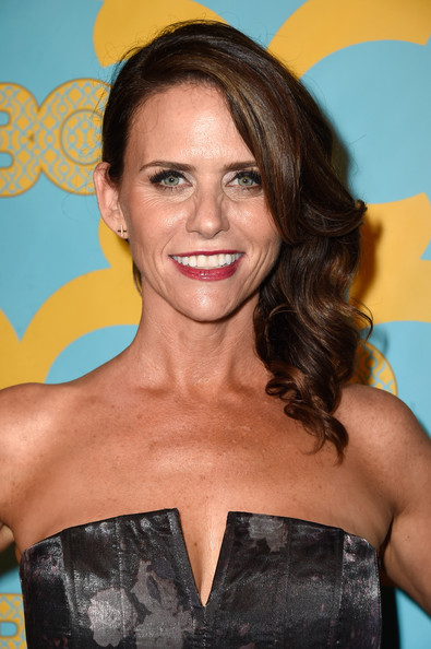 Amy Landecker wore a lovely side sweep when she attended the HBO Golden Globes party.