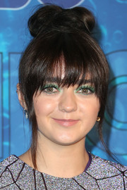 Maisie Williams swiped on some jewel-tone shadow for an eye-popping beauty look.
