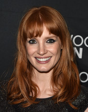 Jessica Chastain sealed off her look with severely lined eyes.