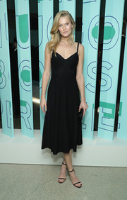 Toni Garrn complemented her frock with black slim-strap sandals.
