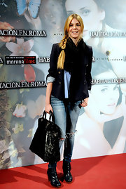 Manuela paired her navy blazer and ripped jeans with a large leather tote.