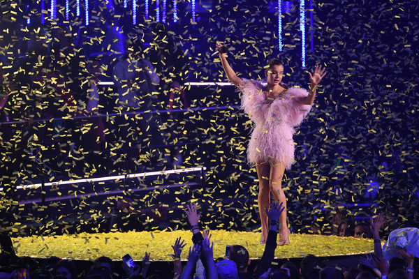 Hailee Steinfeld Cocktail Dress [performance,entertainment,performing arts,event,performance art,public event,circus,dancer,acrobatics,concert,hailee steinfeld,stage,bilbao exhibition centre,spain,mtv,emas 2018 - show]