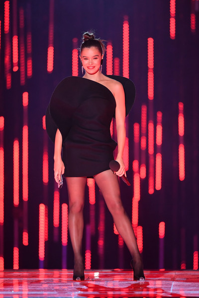 Hailee Steinfeld One Shoulder Dress [fashion,fashion model,performance,event,fashion show,performing arts,fashion design,haute couture,hailee steinfeld,stage,bilbao exhibition centre,spain,mtv,emas 2018 - show]