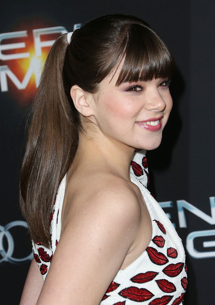 Hailee Steinfeld Ponytail [enders game,hair,hairstyle,bangs,beauty,chin,long hair,brown hair,blond,black hair,eyelash,arrivals,hailee steinfeld,california,hollywood,tcl chinese theatre,summit entertainment,premiere of summit entertainment,premiere]