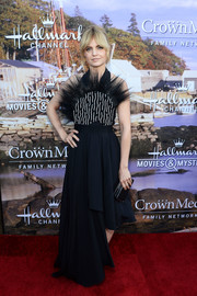 Mena Suvari complemented her gown with a black box clutch.