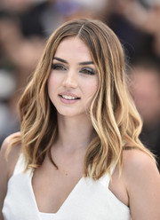 For her makeup, Ana de Armas paired gray eyeshadow with barely-there pink lipstick.