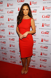 Minka paired her fitted red frock with nude peep-toe pumps.