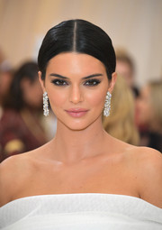 Kendall Jenner flaunted a dazzling pair of diamond chandelier earrings by Tiffany & Co. at the 2018 Met Gala.
