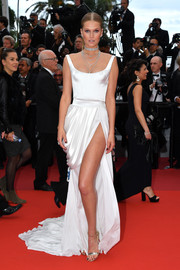 Toni Garrn polished off her look with a pair of gold ankle-strap sandals by Christian Louboutin.