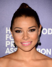 Jessica Parker Kennedy contrasted her heavily shadowed eyes with a subtle pink lip.