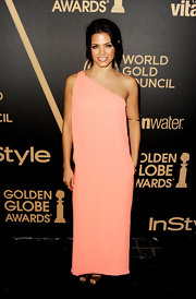 Jenna hid her figure behind this pale pink shift dress at the Golden Globe award season celebration.