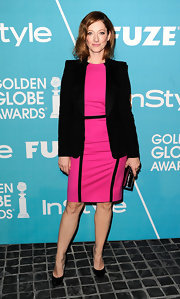 Judy Greer pared down her hot pink frock with a sleek black blazer and matching pumps.