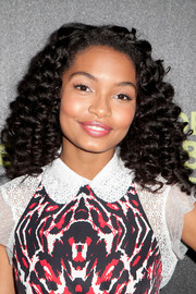Yara Shahidi looked adorable with her tight, bouncy curls at the Golden Globe Award season celebration.