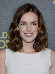 Elizabeth Henstridge styled her hair in a messy wavy cut for an effortless appearance