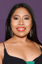 Yalitza Aparicio kept it super simple with this straight center-parted hairstyle at the Holywood Reporter Oscar nominees party.