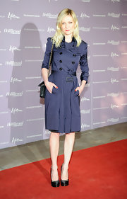 The style star paired her navy blue trench dress with black satin platform pumps.