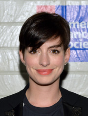 Anne Hathaway sported a simple yet cool pixie during the Hollywood Stands Up to Cancer event.