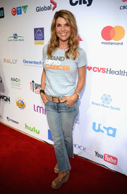 Lori Loughlin teamed her 'Stand Up to Cancer' T-shirt with a pair of faded jeans for the SU2C event.