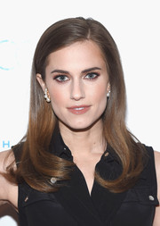 Allison Williams finished off her look with dainty pearl earrings.