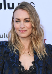Yvonne Strahovski sported messy-chic waves at the 'Handmaid's Tale' season 3 finale celebration.