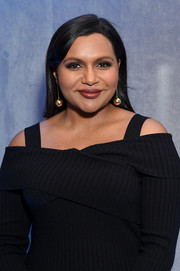 Mindy Kaling accessorized with a cute pair of dangling gold spheres at the 2018 Hulu Upfront.