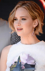Jennifer Lawrence complemented her 'do with triangular crystal earrings by Irene Neuwirth.