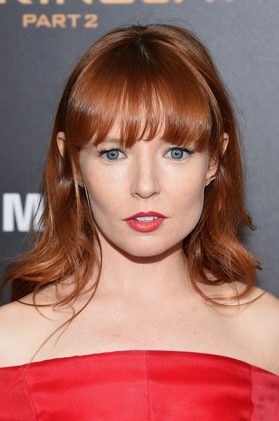 Stef Dawson styled her hair with gentle waves and eye-grazing bangs for the 'Hunger Games: Mockingjay - Part 2' New York premiere.