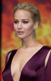 Jennifer Lawrence added an extra dose of glamour with a pair of diamond chandelier earrings by Neil Lane.