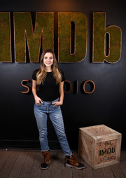 Elizabeth Olsen teamed her top with basic blue jeans.