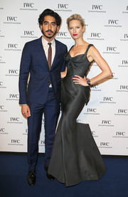 Karolina Kurkova attended the IWC gala wearing a dark gray Zac Posen gown that featured a very artistic and figure-flattering construction.
