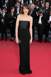Dolores Chaplin kept her red carpet look classic and sophisticated with this black column dress.