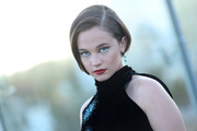 For a fun beauty look, Cailee Spaeny paired a hollow cat eye with bright blue liner.