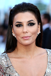 Eva Longoria completed her edgy look with heavy eye makeup.