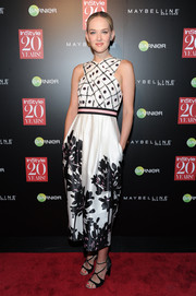 Jess Weixler chose a pair of black strappy sandals to complete her party look.
