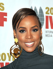 Kelly Rowland knows how to bring drama to her look with bold lashes. by keeping the rest of her makeup low key, it drew attention to her fluttering lashes.