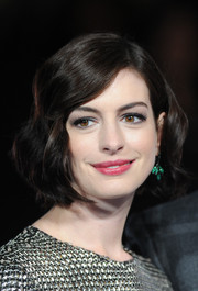 Anne Hathaway looked darling with her vintage-chic short waves at the 'Interstellar' London premiere.