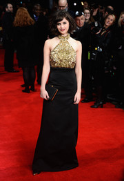 Felicity Jones complemented her fab dress with a simple black satin clutch.