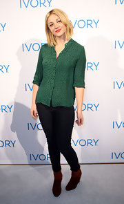 Abby Elliott paired her skinny jeans with burgundy wedge boots.