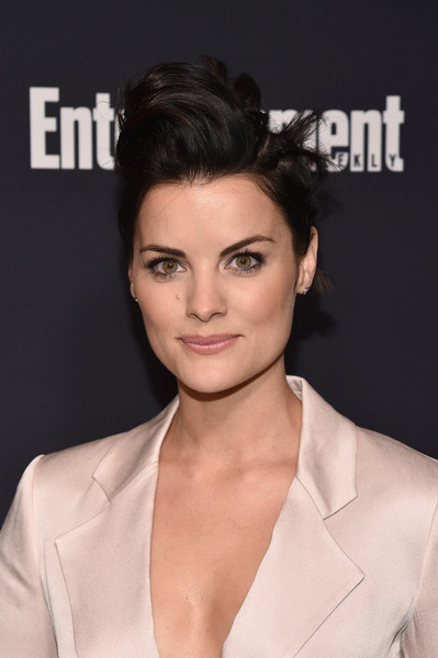 Jaimie Alexander Messy Cut [hair,face,hairstyle,eyebrow,chin,skin,lip,beauty,forehead,shoulder,arrivals,jaimie alexander of blindspot,second floor,nyc,terra,people upfronts party,entertainment weekly,netflix,party,terra chips]