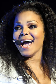 Janet Jackson accented her natural beauty with lengthy lashes while preforming in London.