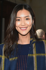 Liu Wen attended the Jason Wu fashion show wearing a casual wavy hairstyle.
