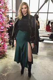 Kate Upton gave her turtleneck a tough finish with a black leather jacket.
