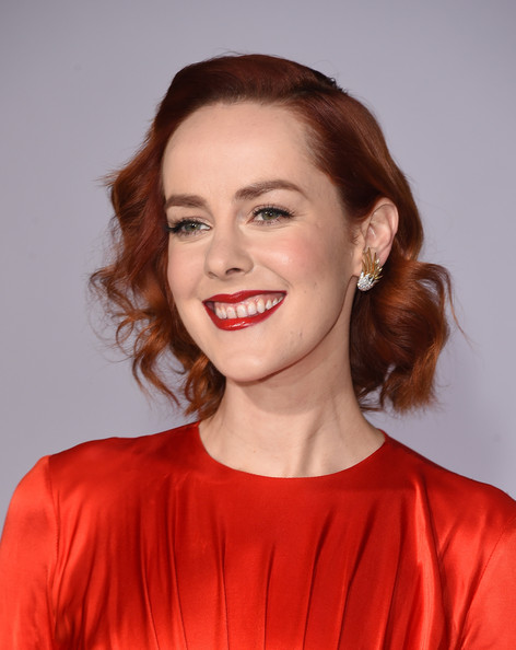 Jena Malone Dangling Diamond Earrings [the hunger games: mockingjay part 1,la premiere,hair,face,lip,hairstyle,facial expression,red,eyebrow,chin,beauty,smile,jena malone,part,nokia theatre l.a. live,california,los angeles,lionsgate]
