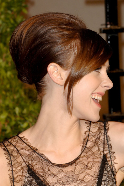 Jena Malone Beehive [vanity fair,oscar party,party,hair,hairstyle,face,chin,eyebrow,neck,brown hair,hair coloring,chignon,shoulder,west hollywood,california,sunset tower,jena malone,graydon carter - arrivals,oscar,graydon carter]
