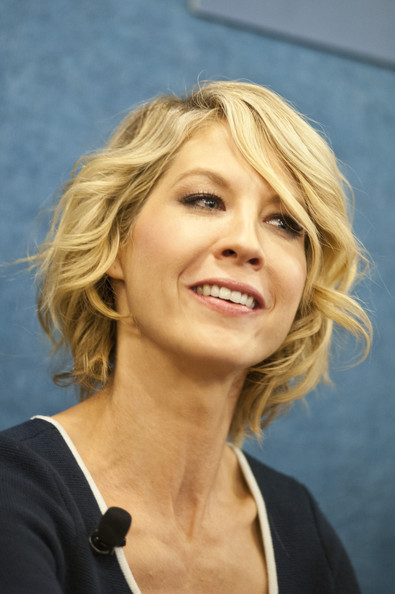 Jenna Elfman Short Wavy Cut [hair,face,blond,hairstyle,chin,layered hair,eyebrow,long hair,surfer hair,smile,national press club presents: in discussion with the cast,1600 penn,national press club presents: in discussion with the cast pf,the national press club,washington dc,jenna elfman]